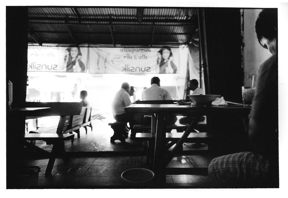 Restau à Thakhek, Indonésie, photographies argentiques, Devals