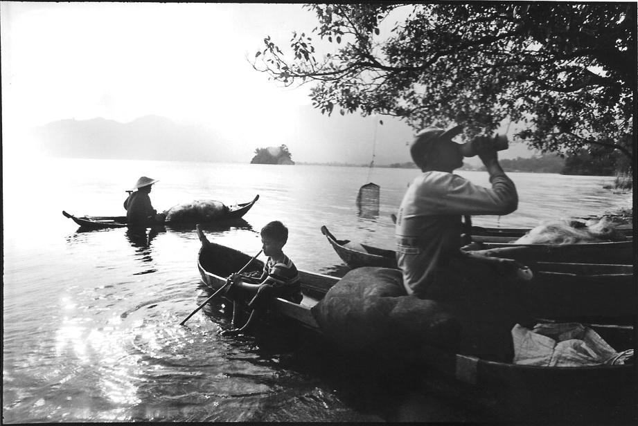 Pêcheurs du lac Maninjau, Sumatra, Indonésie, photo noir et blanc, argentique, JP Devals
